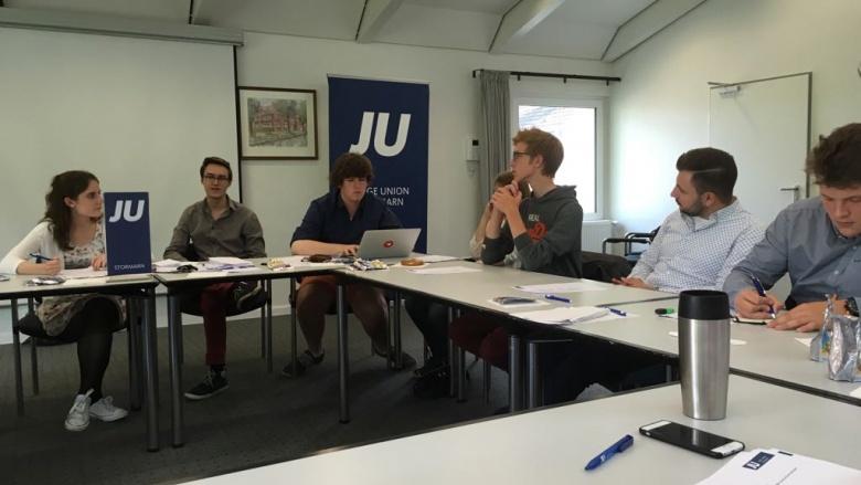 Diskutierende Mitglieder der JU